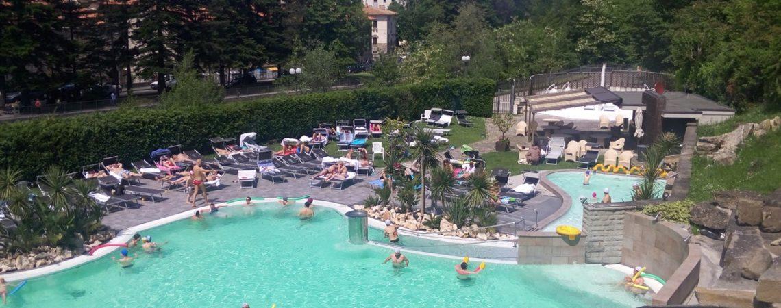 Terme di Bagno di Romagna - La grande piscina esterna termale del Ròseo Euroterme Hotel