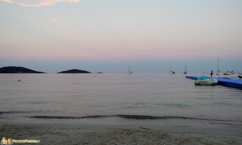 La bella spiaggia di Saint Cyprian al tramonto