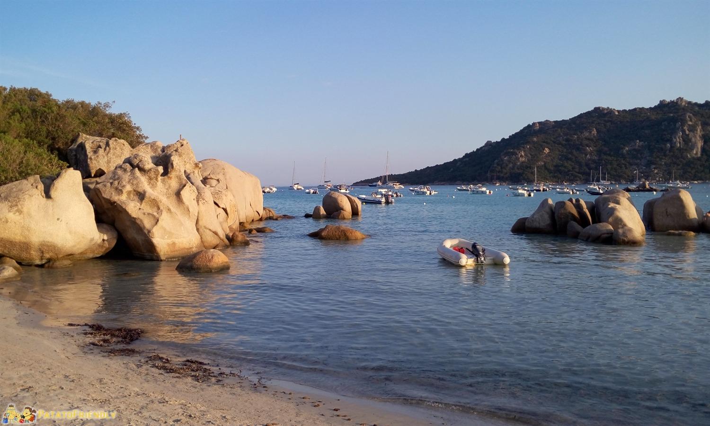 Le curiose (e fotogeniche) rocce che orlano la spiaggia di Santa Giulia