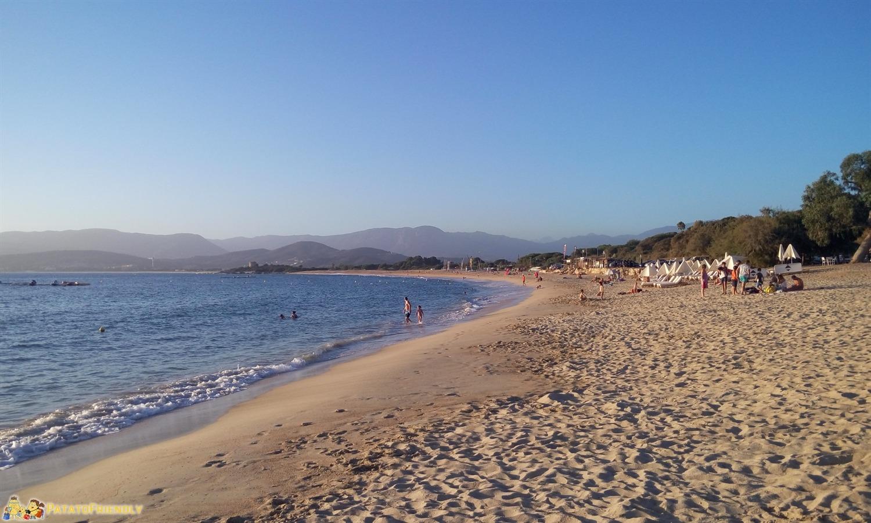 La grande spiaggia di Porticcio al tramonto