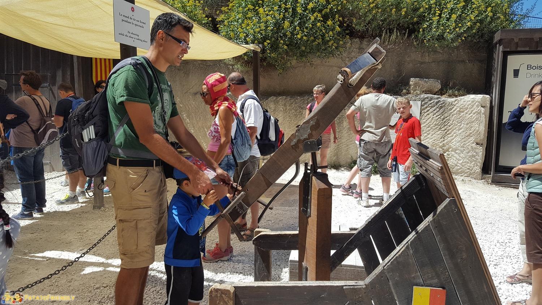 Nel castello di Baux de Provence con bambini alle prese con una vera balestra medievale
