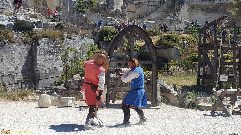 Lo spettacolo dei cavalieri al Castello di Baux de Provence con bambini