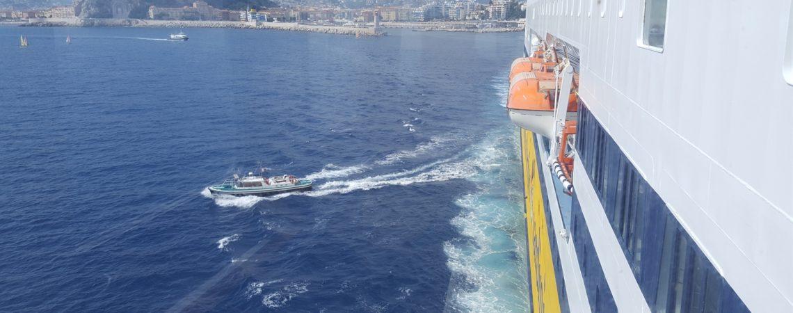 Corsica in Traghetto - il momento dello sbarco del pilota a Nizza