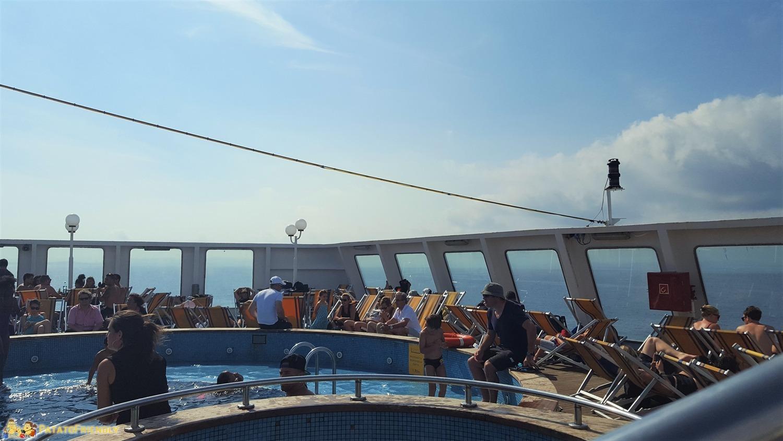 Corsica in Traghetto - La piscina e il solarium sulla Mega Express V