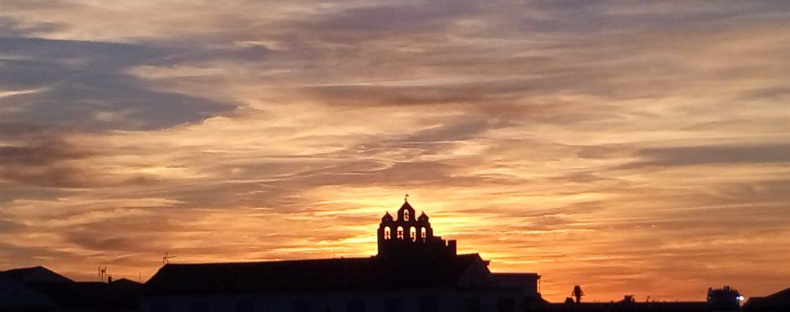 Il tramonto rosso fuoco su Les Saintes Marie de la Mer in Camargue