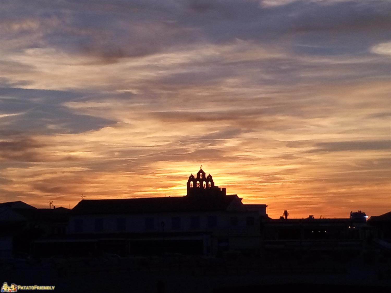 Il tramonto rosso fuoco su Les Saintes Marie de la Mer in Camargue con bambini