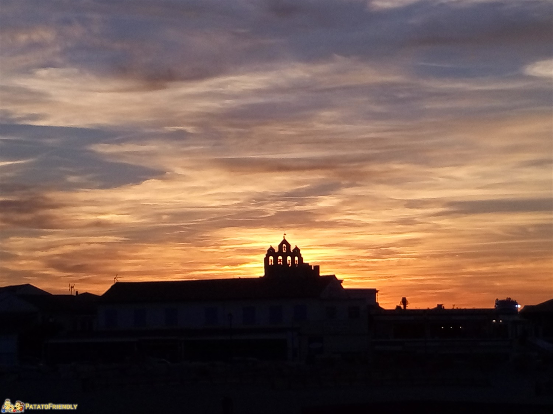 [cml_media_alt id='8734']Il tramonto rosso fuoco su Les Saintes Marie de la Mer in Camargue[/cml_media_alt]