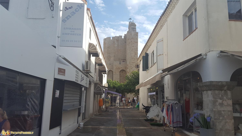 La chiesa bianca di Les Saintes Maries de la Mer che spicca sulle case bianche