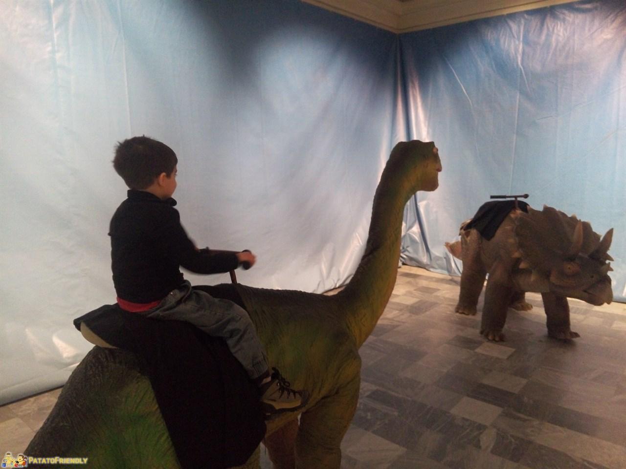[cml_media_alt id='9551']Dinosaurs Live - La mostra dei dinosauri a Torino - Patato a cavallo di un dinosauro[/cml_media_alt]