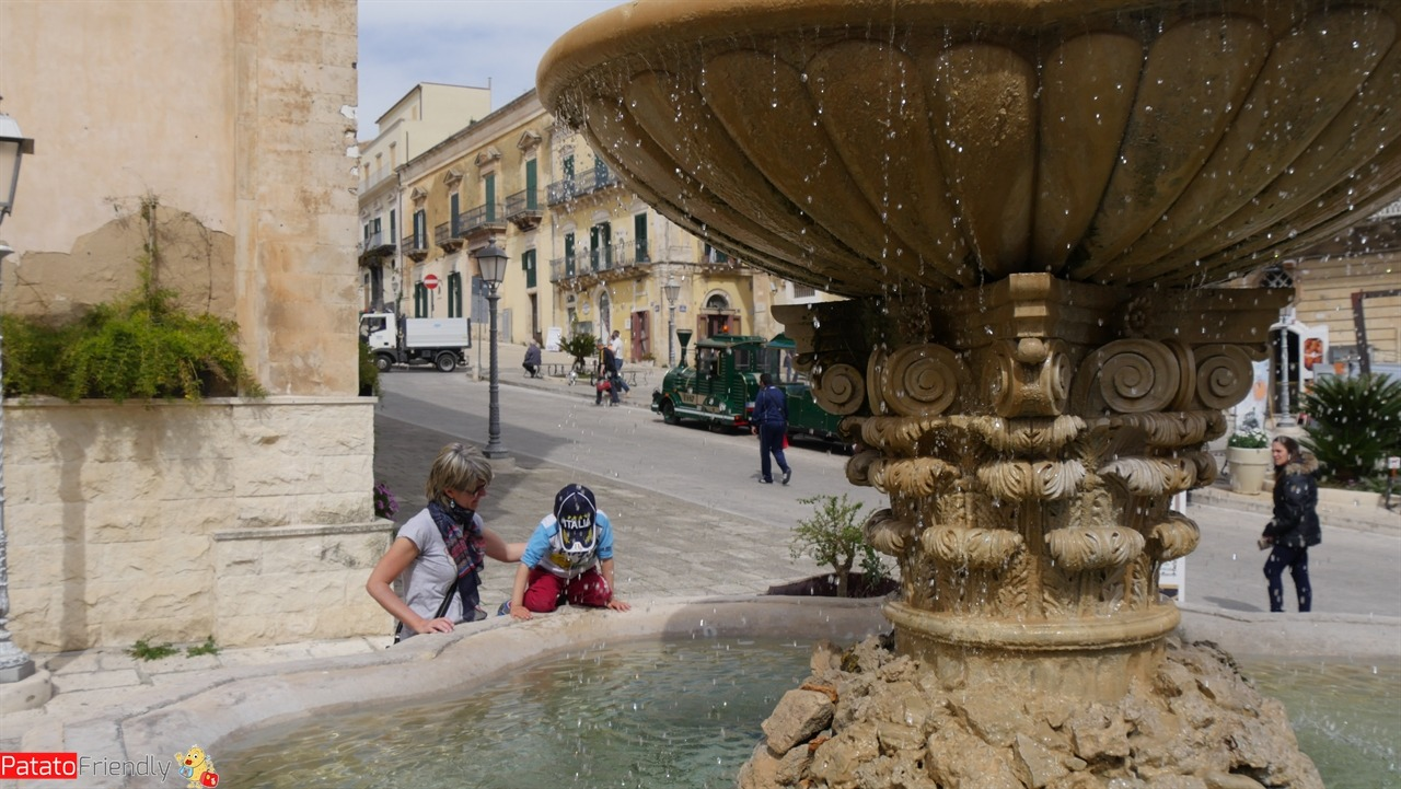 [cml_media_alt id='11250']A Ragusa Ibla coi bimbi - giocare con la fontana[/cml_media_alt]