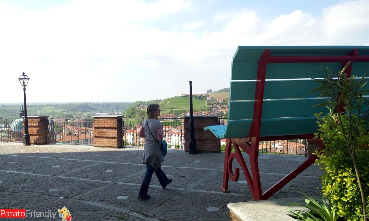 Diano d'Alba - La panchina gigante con vista sulla città