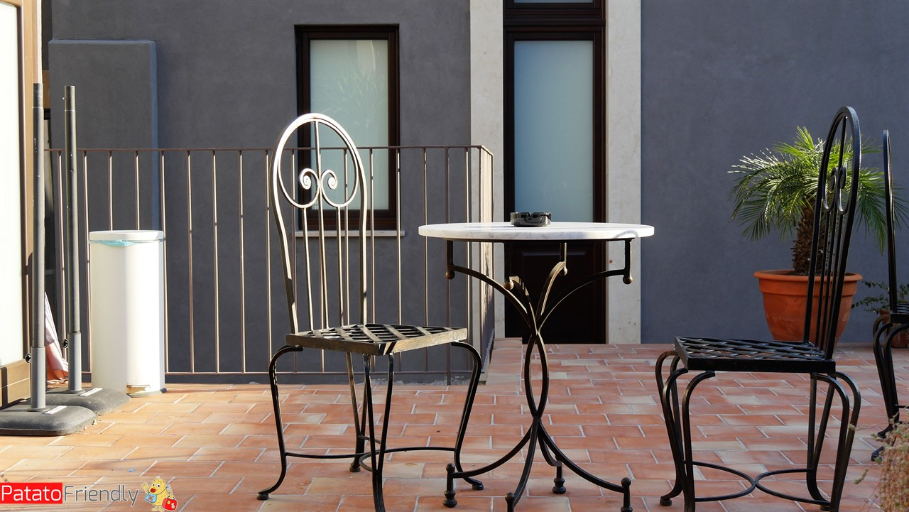 [cml_media_alt id='10601']Dimora De Mauro a Catania - Tavolini dove chiaccherare[/cml_media_alt]