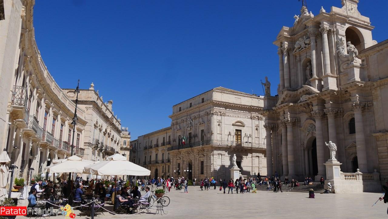[cml_media_alt id='10561']Siracusa Ortigia - Piazza Duomo con la Cattedrale che ingloba il Tempio di Atena[/cml_media_alt]