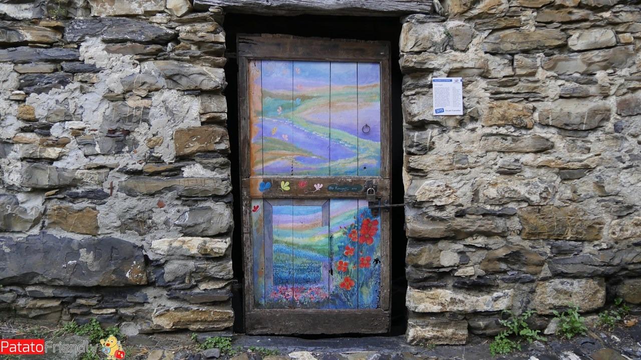 Una delle coloratissime porte del borgo di Valloria