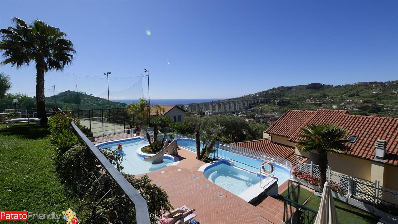 Villa Giada Resort Imperia - La piscina con vista sul mare
