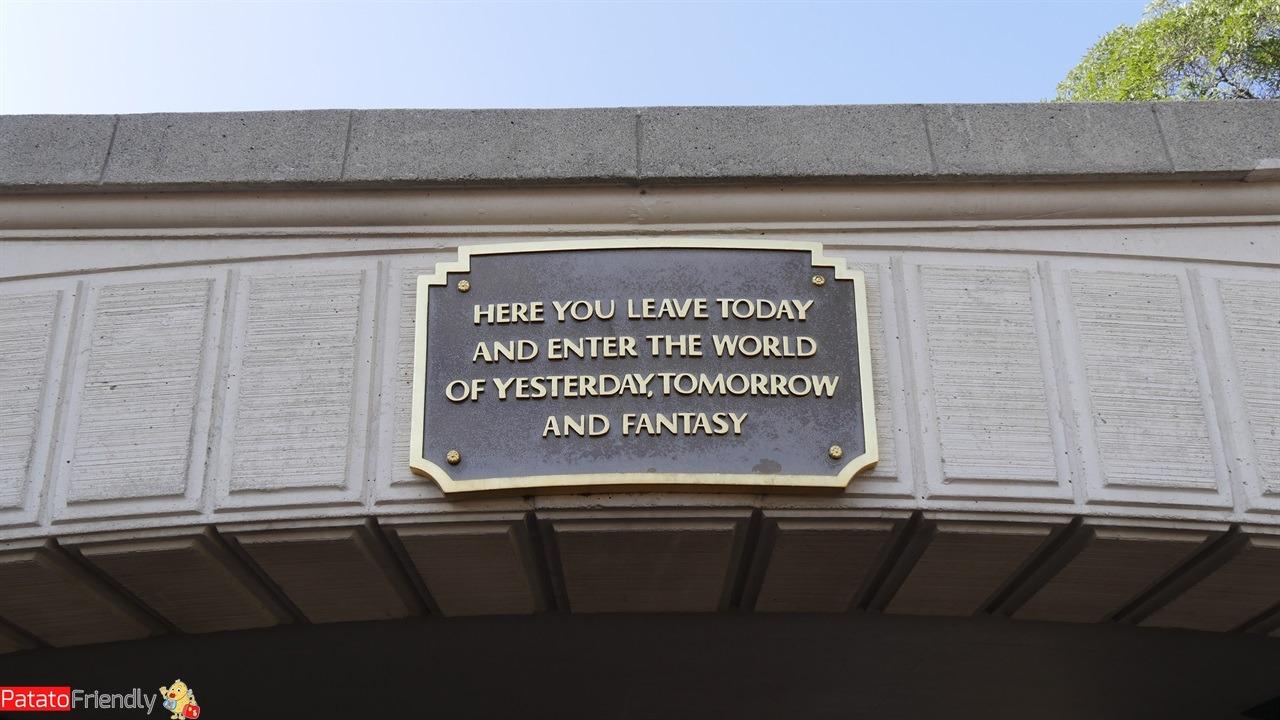 cartello con frase all'ingresso del parco Disneyland in California