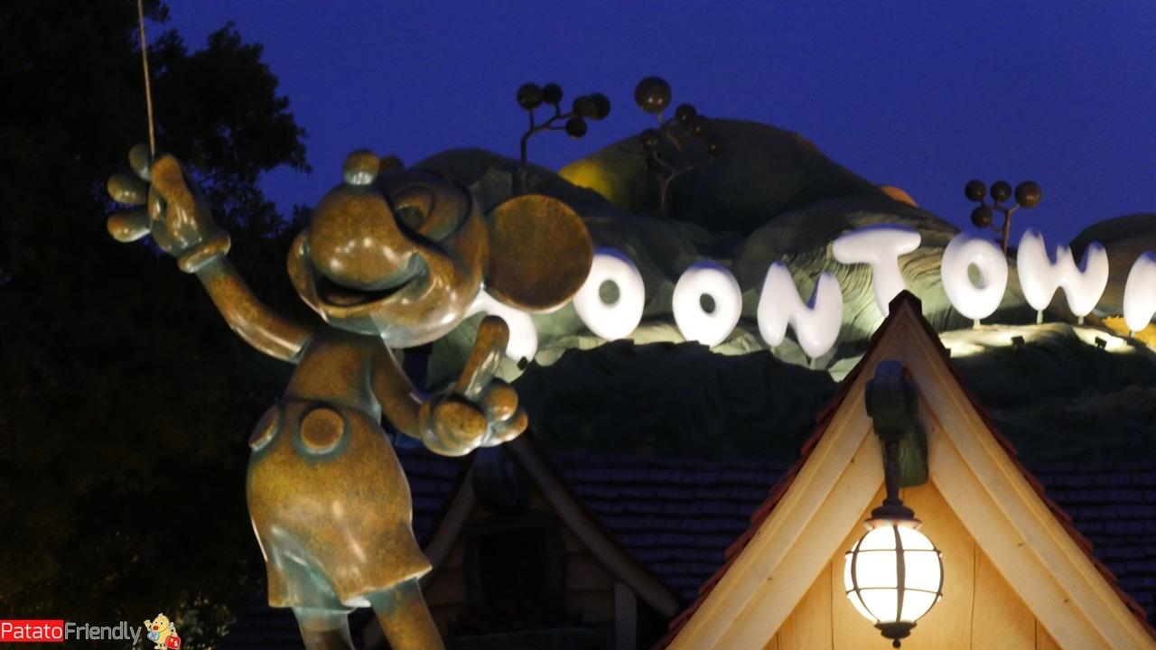 Statua di Topolino nel parco disneyland in California