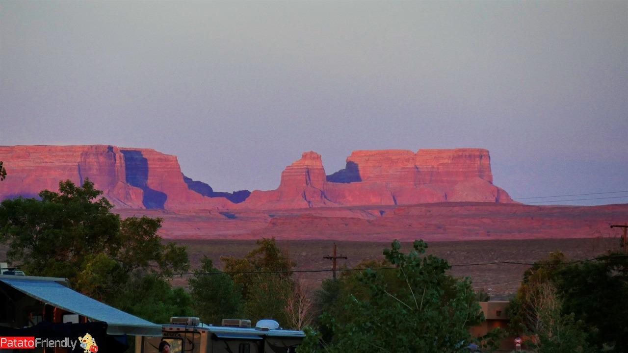 Il nostro viaggio in camper in USA - Le montagne rosa al tramonto nel campeggio di Lake Powell