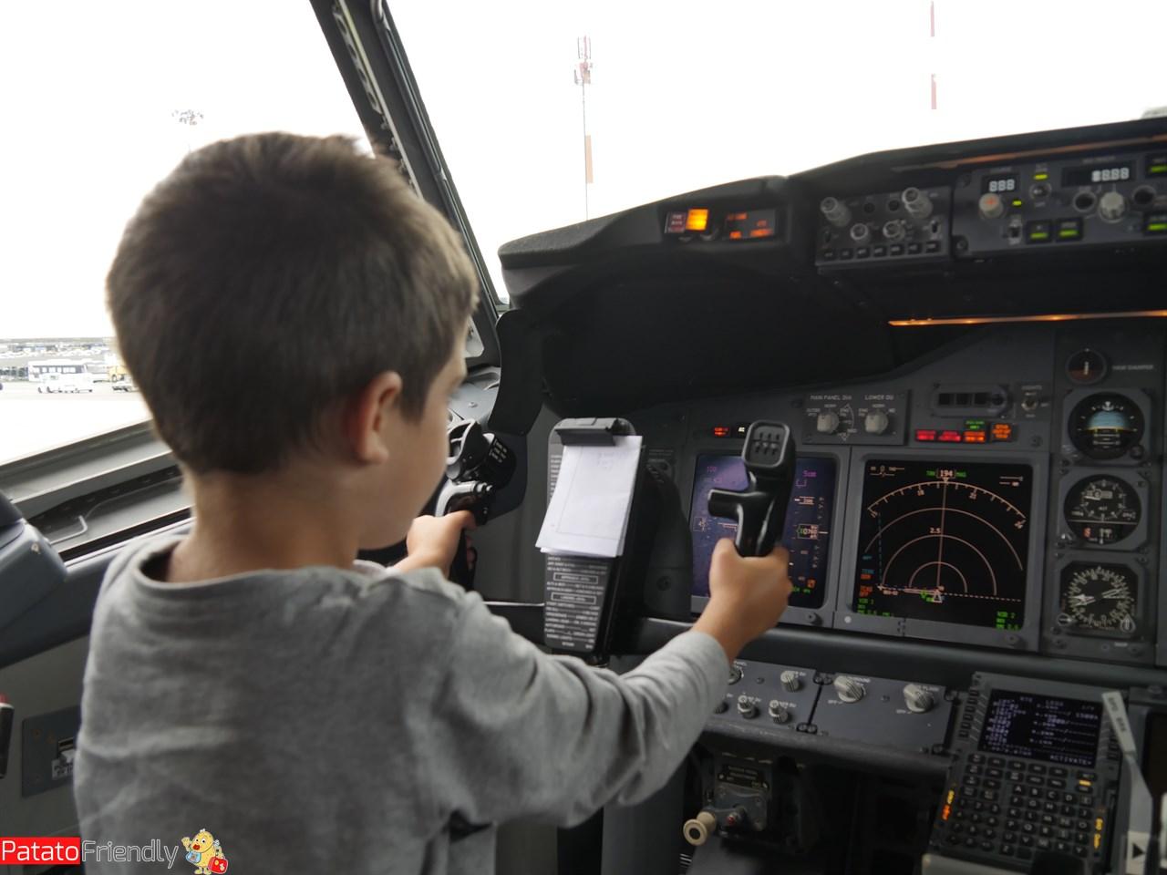 Il nostro bimbo nella cabina del'aereo prima di scendere