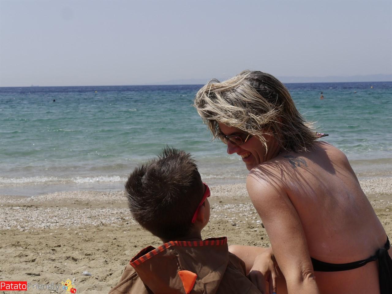 A Kea spiaggia con il poncho LittleLife