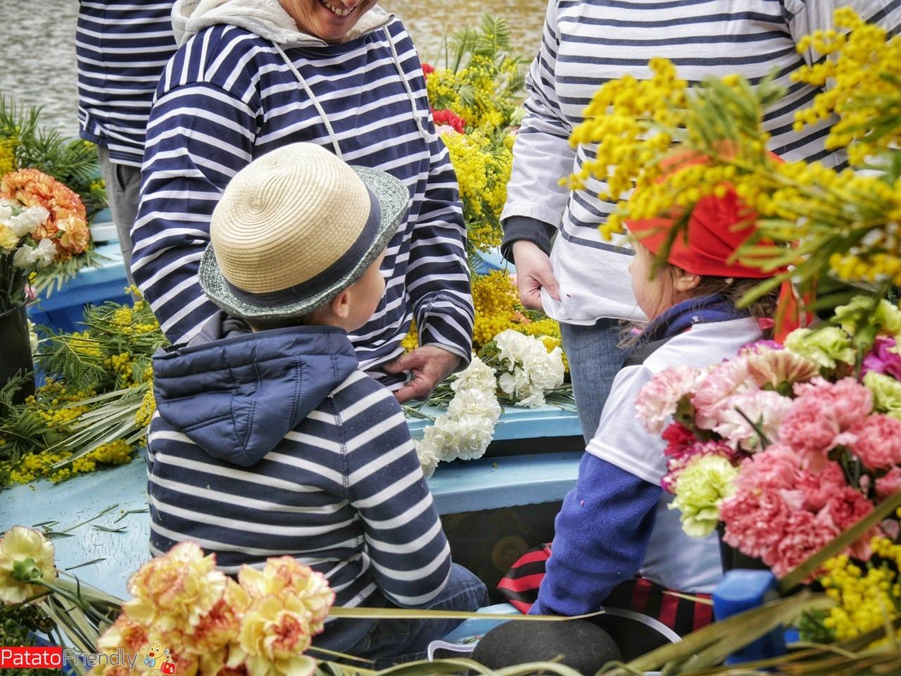[cml_media_alt id='13648']I barcaioli con i vestiti tipici durante la battaglia dei fiori di Villefranche[/cml_media_alt]