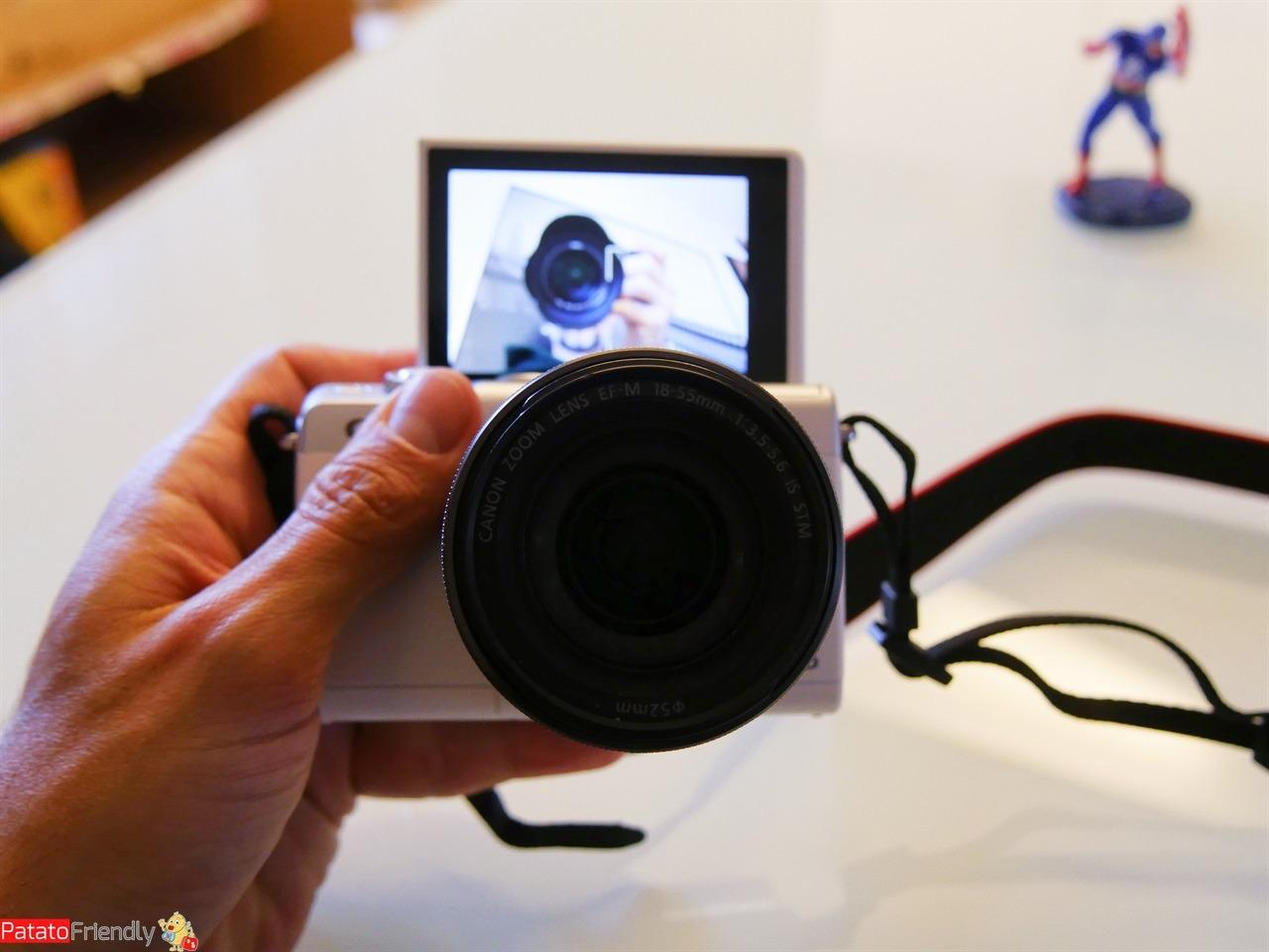 Recensione Canon EOS M100 - Lo schermo ribaltabile per Vlog e Selfie