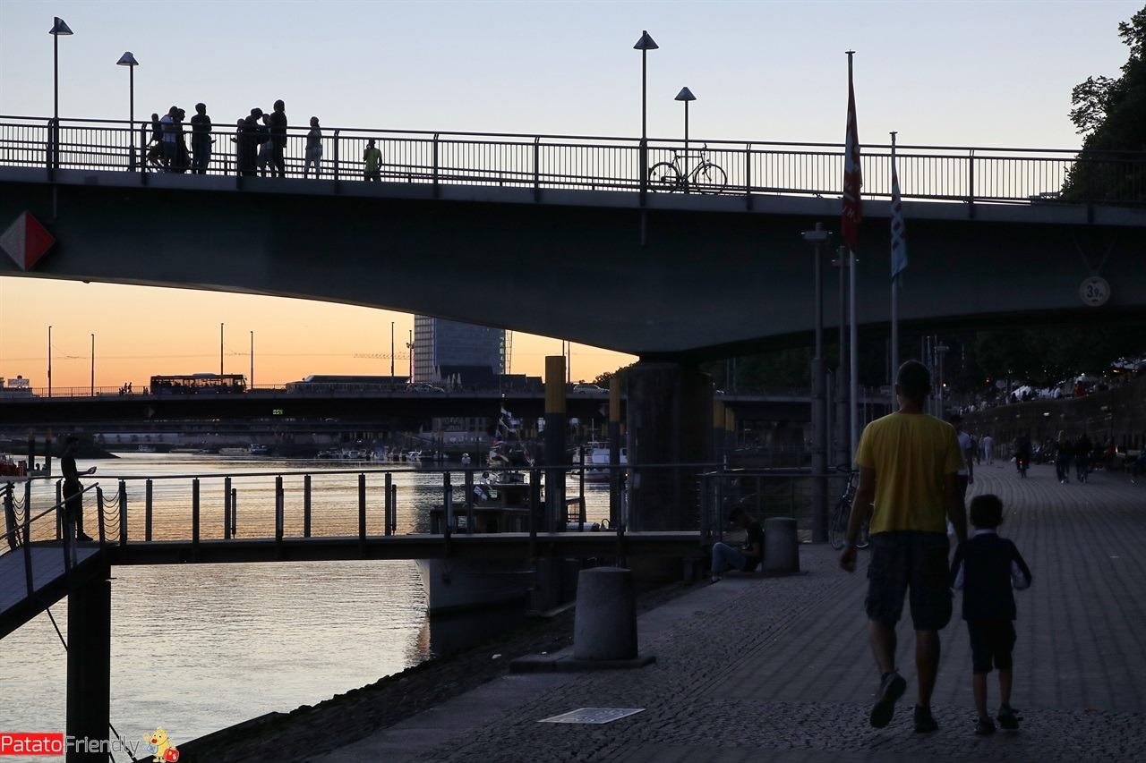 [cml_media_alt id='14784']Brema al tramonto - lungofiume - Germania con i bambini[/cml_media_alt]
