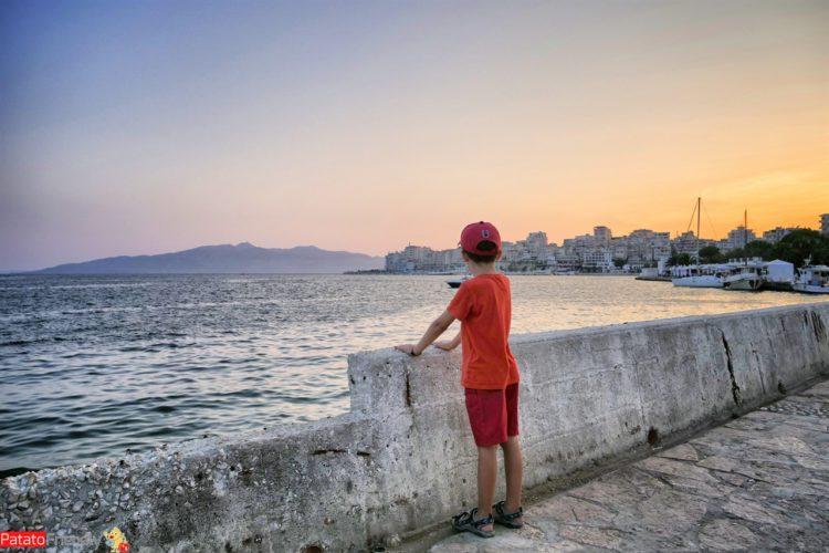 A Saranda coi bambini - passeggiata sul lungomare di Saranda in Albania del sud