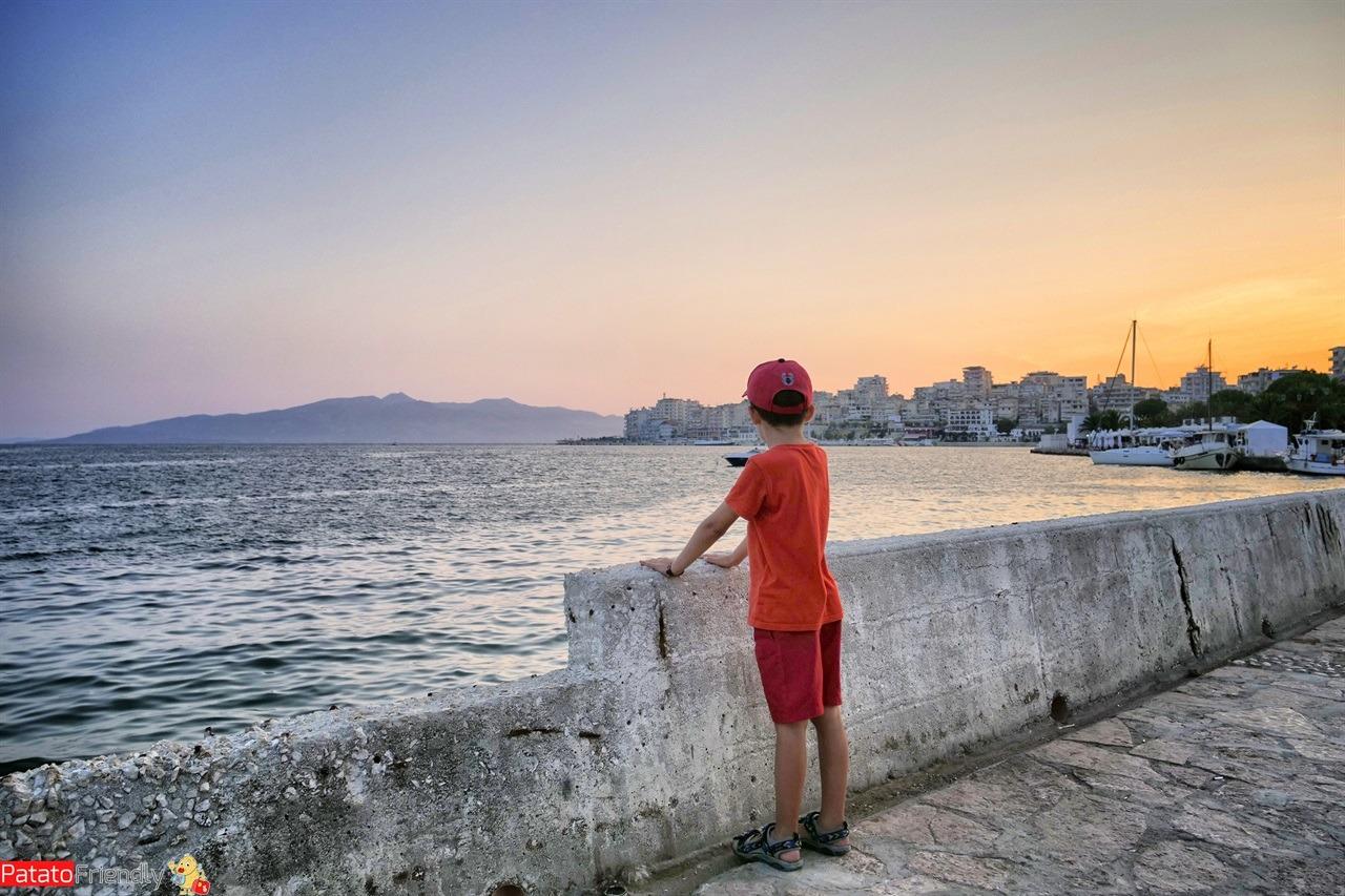 A Saranda coi bambini - passeggiata sul lungomare di Saranda in Albania