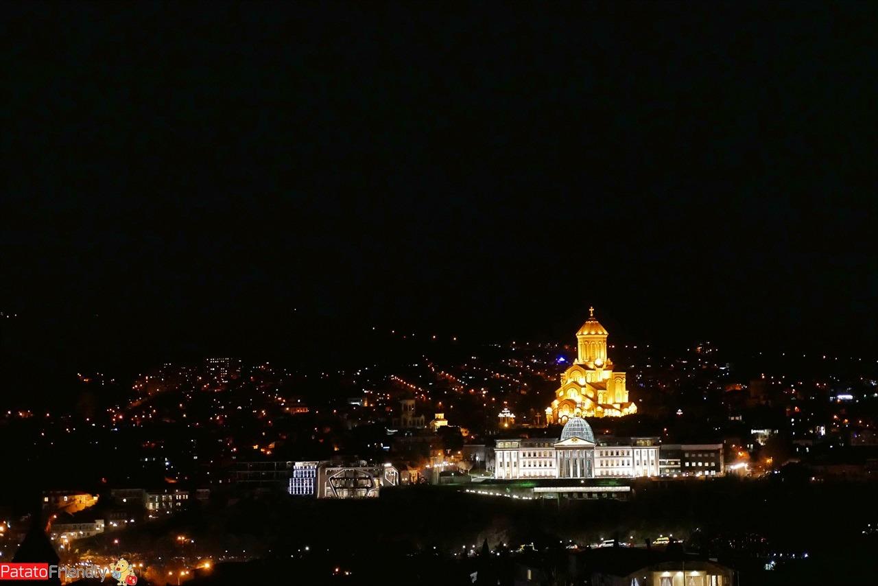 [cml_media_alt id='16463']La Cattedrale della Santa Trinità di Tbilisi - la capitale della Georgia illuminata a Natale[/cml_media_alt]