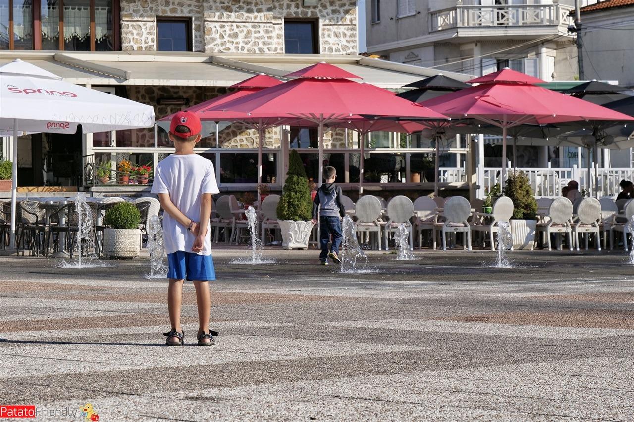 Una delle piazze di Korca con un bambino