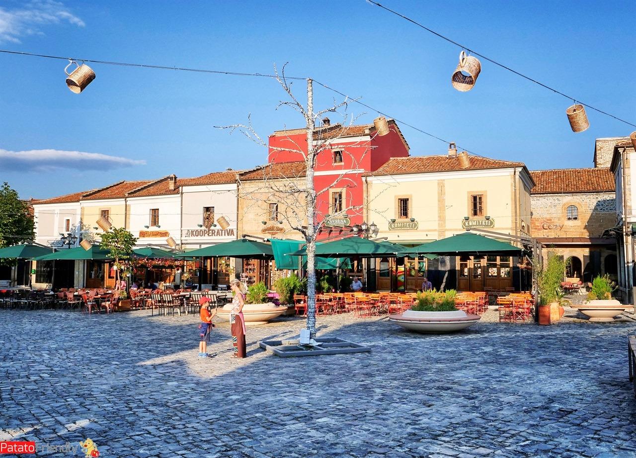 Cosa vedere a Korca la città del Festival della Birra albanese - la piazza in cui si svolge il festival