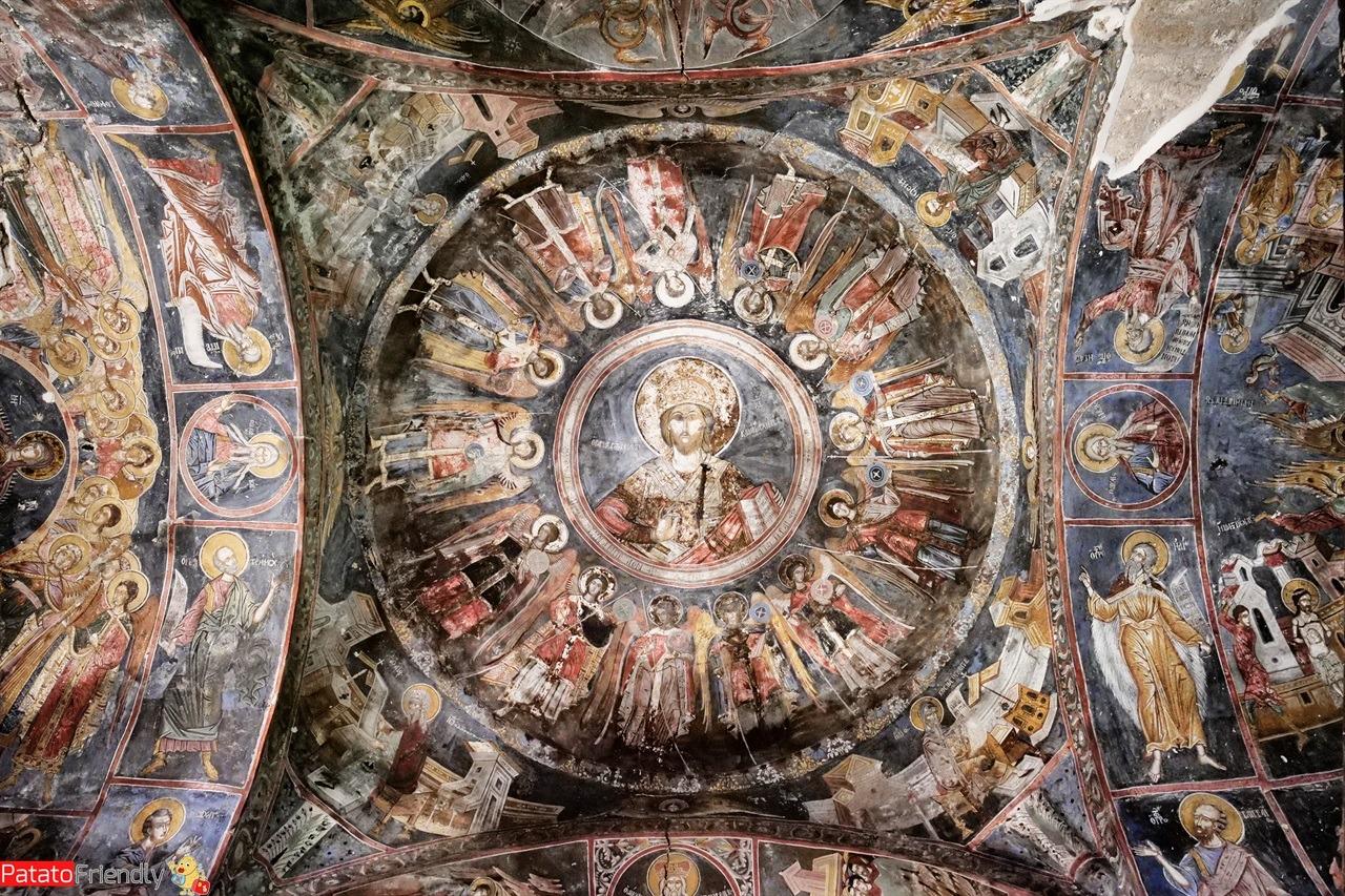 Il soffitto affrescato di una delle chiese ortodosse di Moscopoli