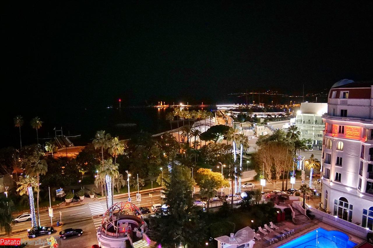 Hotel Barrière Cannes di notte la vista dalla stanza
