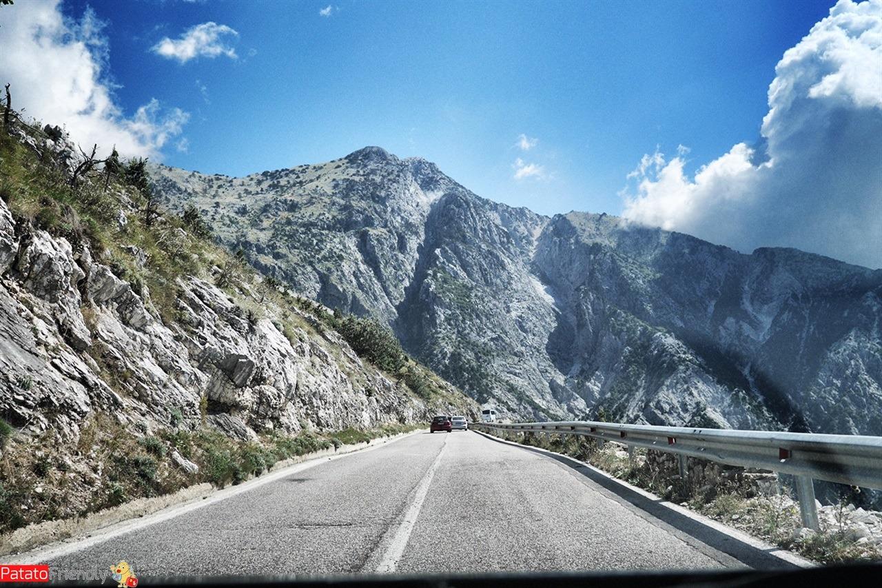Strada verso il Parco Nazionale del Llogara in Albania del sud