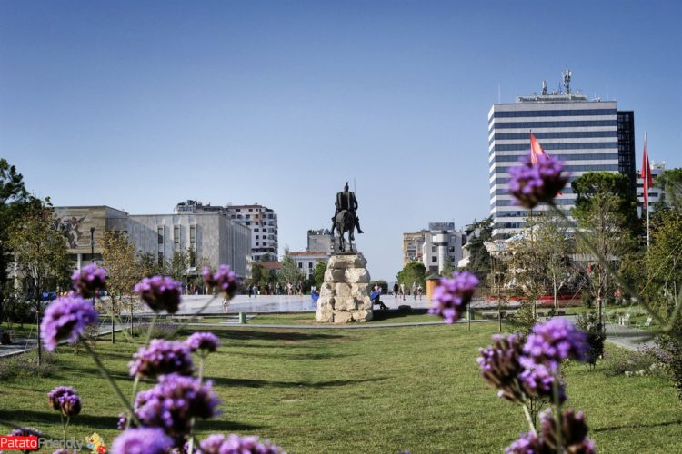 Tirana la piazza Skanderbeg