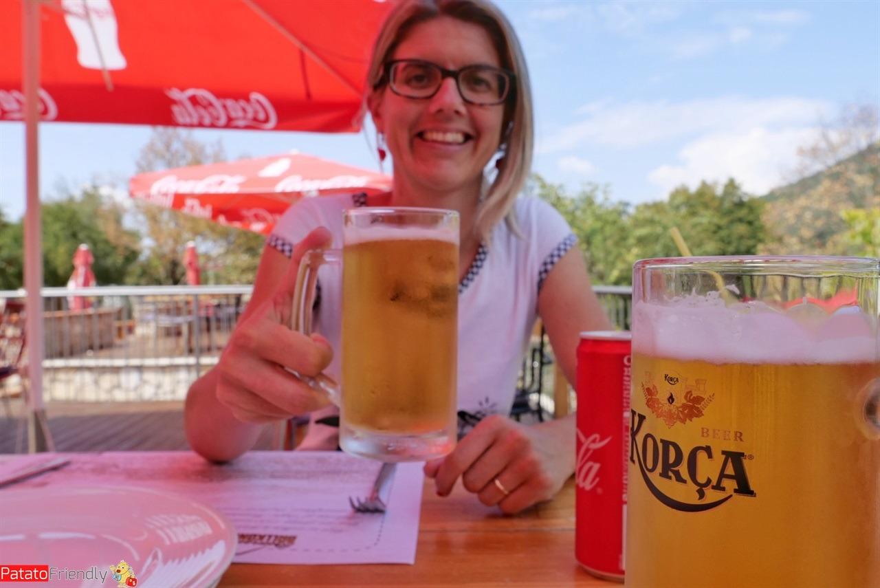 Pranzo al ristorante del Monte Dajti con l'immancabile birra Korca