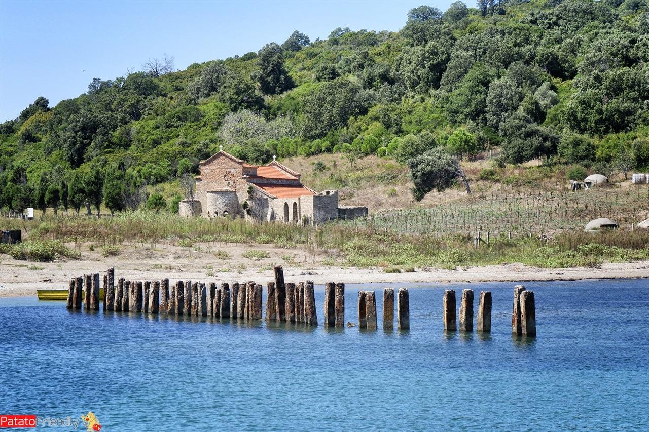 La spiaggia di Capo Rodon vicino a Durazzo con il pontile
