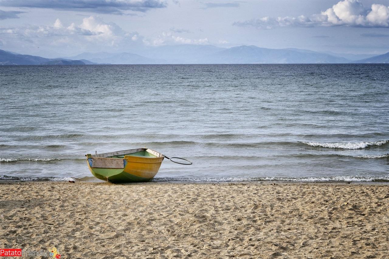 barca in spiaggia sul lago Orhid spiaggia albanese