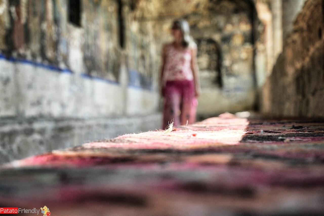 donna che passeggia nel chiostro della chiesa di Moscopoli