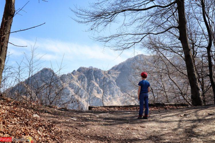 Panorama in montagna con bambino