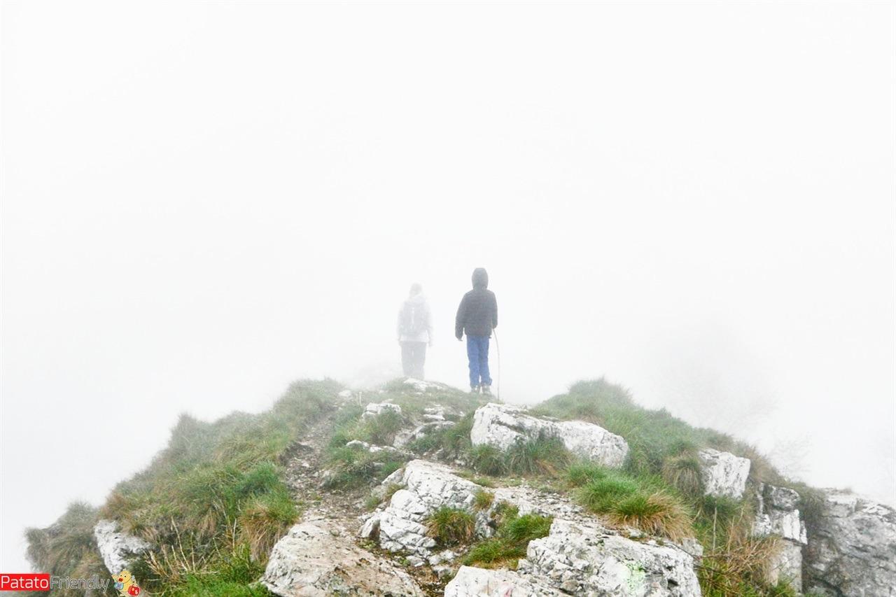 Monte Linzone con bambini trekking in Lombardia nella nebbia