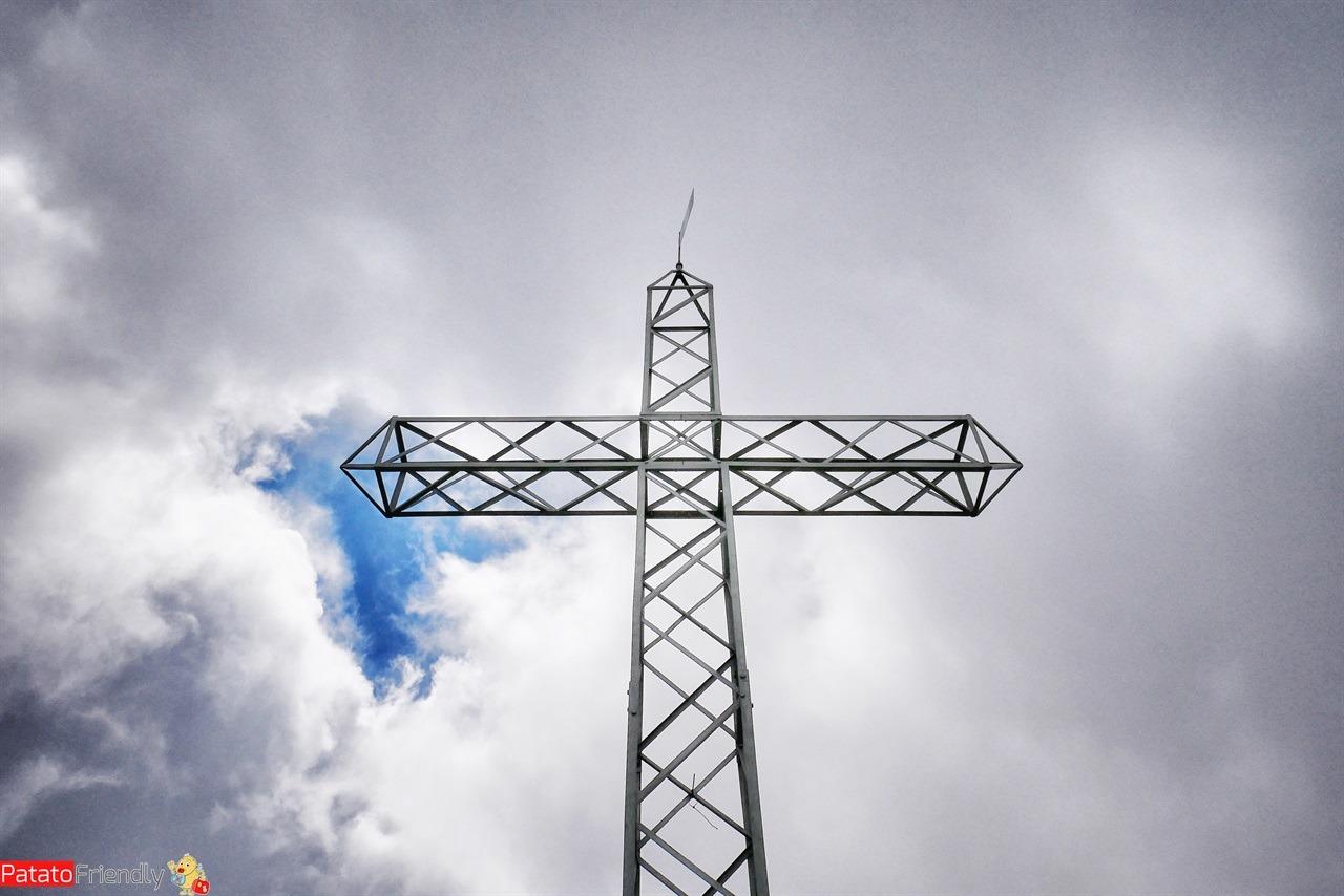 La croce in cima al Monte Linzone - trekking in bergamasca con bambini