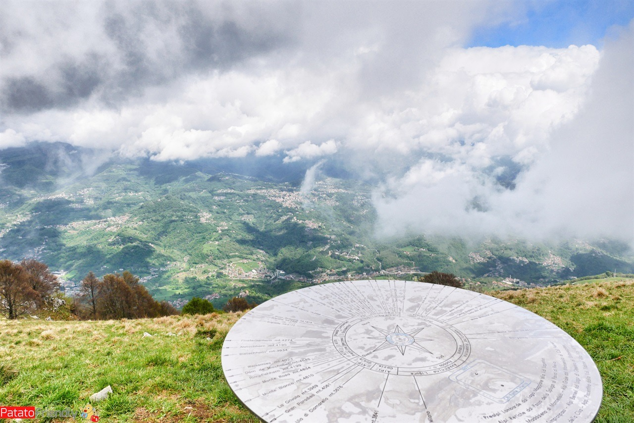 Monte Linzone trekking in Valcava dalla Roncola - la rosa dei venti che si trova in cima