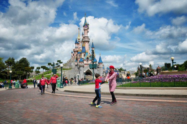 Disneyland Paris con mamma e bimbo e il castello della Bella Addormentata sullo sfondo