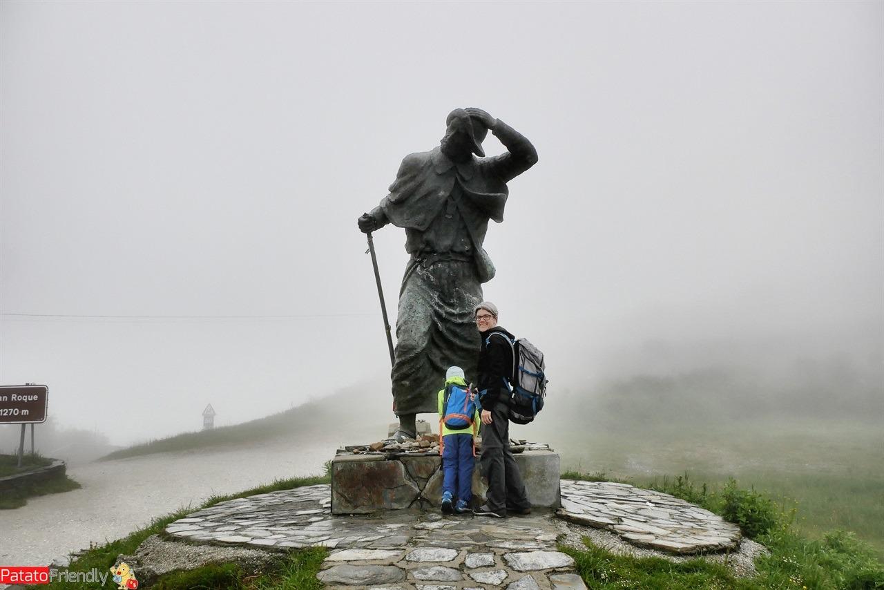 Cammino di Santiago con la pioggia - la statua del pellegrino e il primo cammino di un bambino