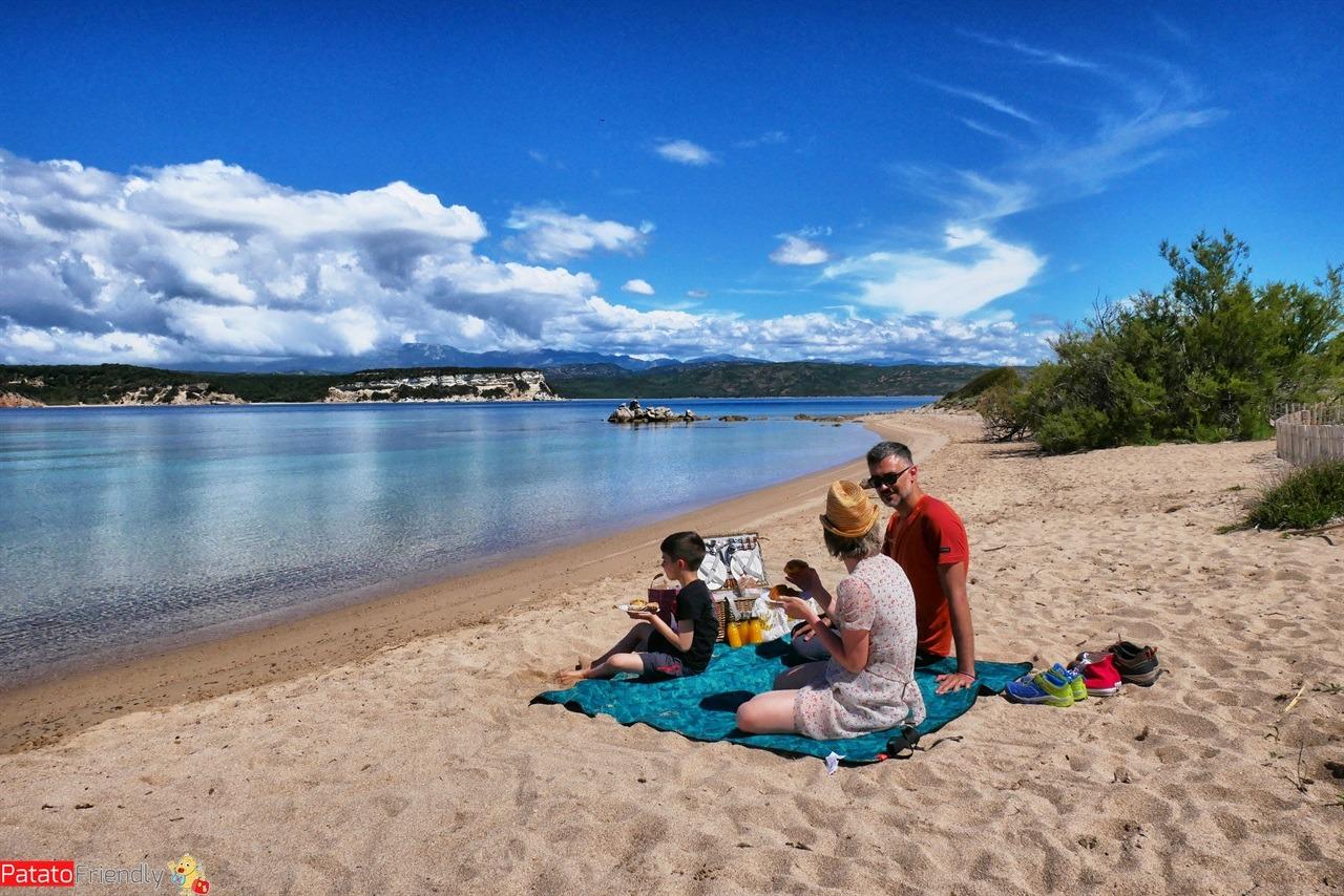 famiglia che fa pic nic sulla spiaggia in Corsica