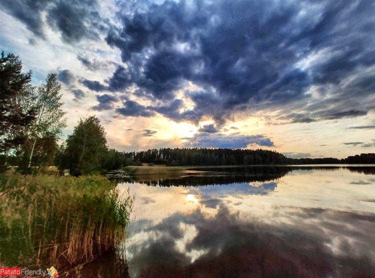 tramonto su lago in Finlandia