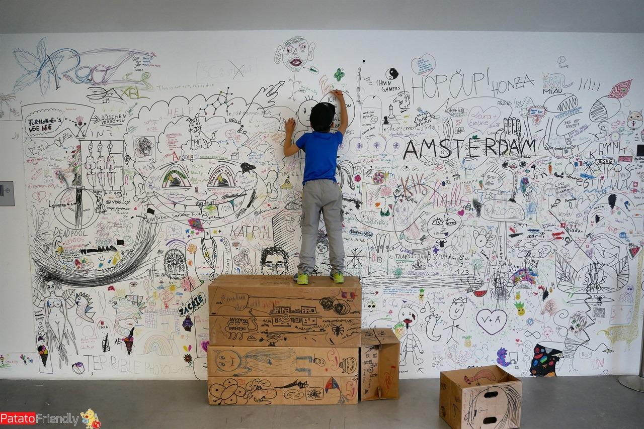 bambino che disnegna nel Leontos Museum a Linz in Austria